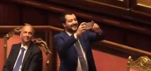 Il Pd lo contesta al Senato. E Salvini li deride così su Facebook