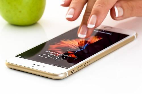 Francia, è ufficiale: da settembre stop ai cellulari nelle scuole
