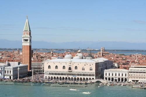 Venezia, prende il sole in bikini: turista multata