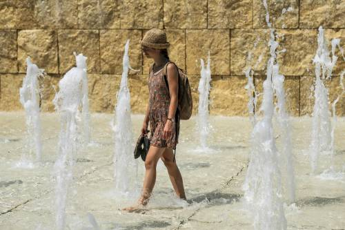 Fontana dell'Ara Pacis presa d'assalto contro il caldo, le immagini