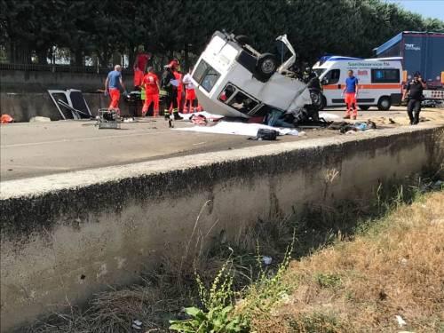 Tragedia a Foggia: scontro contro un tir, muoiono dodici braccianti