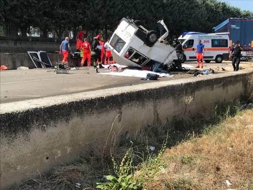 Tragedia a Foggia: scontro contro un tir, muoiono undici braccianti 2