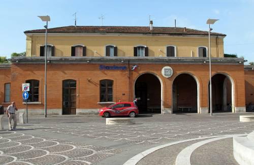 Immigrati aggrediscono giovane donna alla stazione di Pontedera