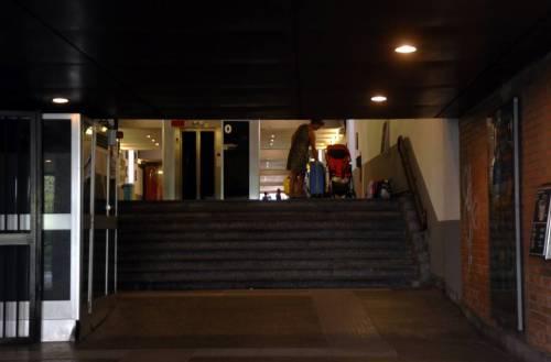 Terrore nel sottopasso della stazione: pachistano prova a spogliarla per stuprarla