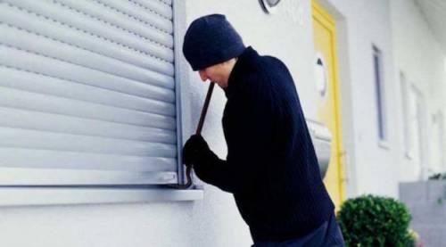 """Forza la porta di una casa per """"regalarla"""" agli amici: romeno in manette"""
