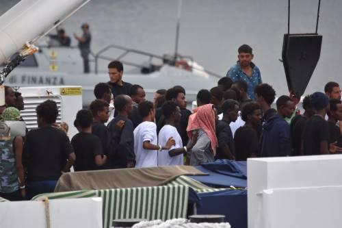 Migranti, la linea dura di Salvini piace agli italiani: più di uno su due dice sì ai porti chiusi