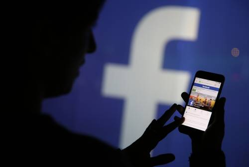 Ruba password Facebook del fidanzato infedele: condannata a due anni