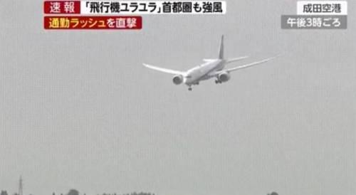 Giappone, aereo tenta l'atterraggio nel tifone: ecco le immagini choc