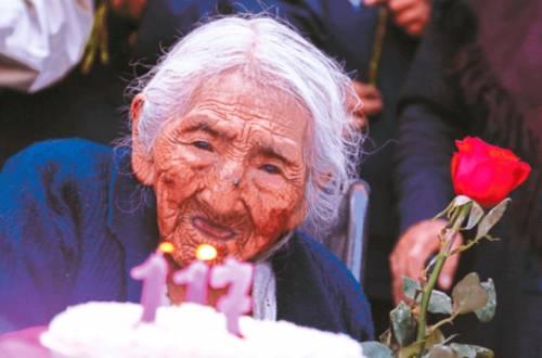 """In Bolivia la donna più vecchia del mondo. Lei: """"Non mi interessa"""""""