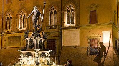 Bologna, bagno nudo in Fontana del Nettuno, multato turista spagnolo