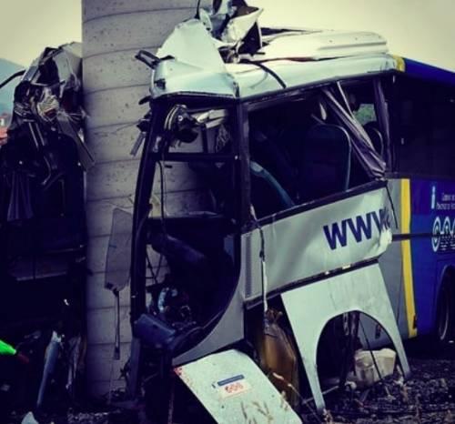 Spagna, pullman contro il pilastro di un viadotto: almeno 5 i morti