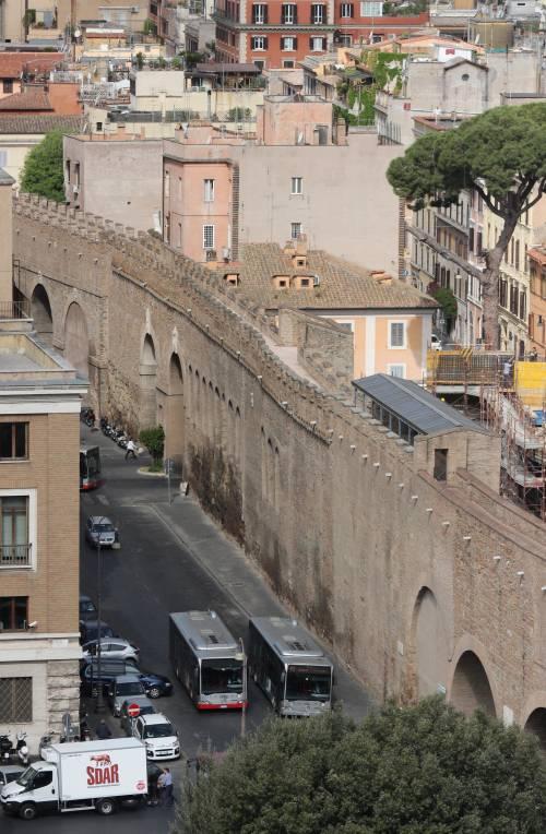 Roma, cadono frammenti dalle mura del Passetto