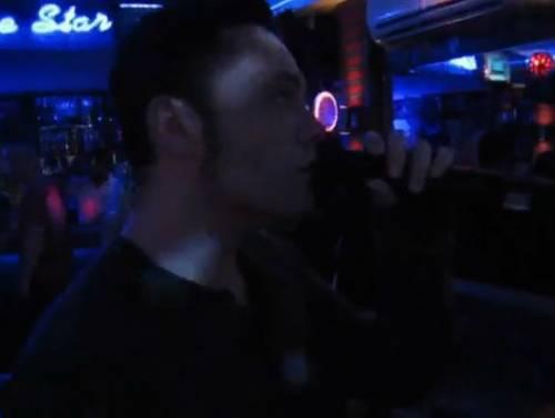 Tiziano Ferro in incognito al karaoke