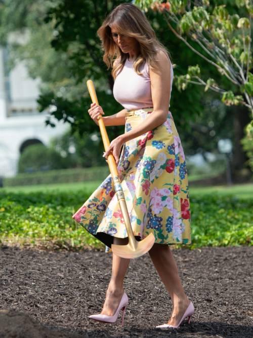 Melania Trump nell'orto con i tacchi: foto 8