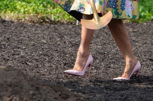 Melania Trump nell'orto con i tacchi: foto 9