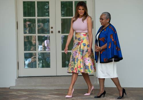 Melania Trump nell'orto con i tacchi: foto 1