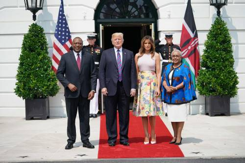 Melania Trump nell'orto con i tacchi: foto 3