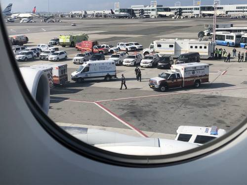 New York, febbre e tosse in volo: i passeggeri in quarantena