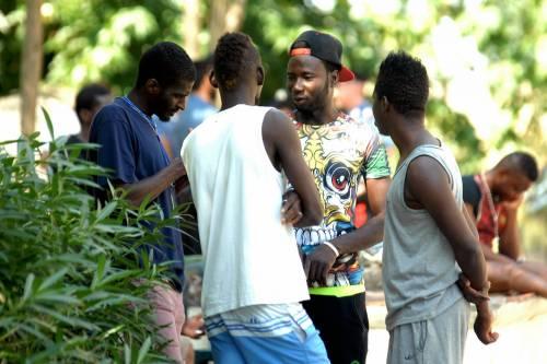 Eboli, immigrati nudi al balcone: scatta la protesta dei residenti