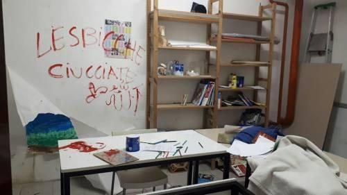 Milano, svastiche e insulti omofobi sulle pareti della scuola