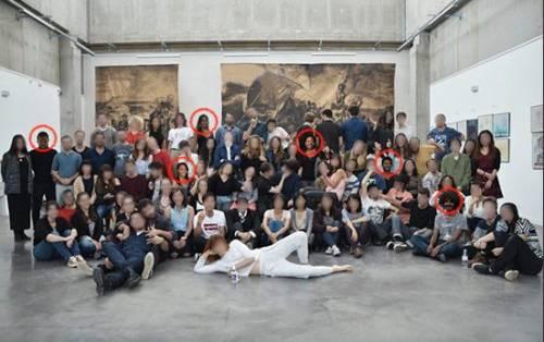 Studenti bianchi colorati di nero per promuovere multiculturalismo