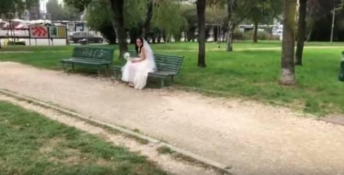 Sposa triste cammina per Milano. Il web si interroga sulla donna misteriosa