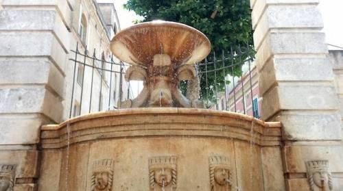 Matera, tunisino irregolare si spoglia e lava i panni nella fontana