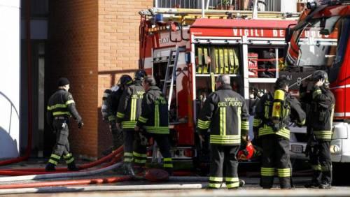 Arrivano per spegnere il rogo: vigili del fuoco presi a sassate
