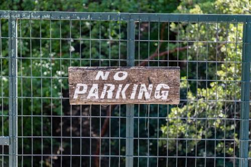 Reato di violenza privata lasciare l'auto davanti a un cancello