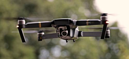 Milano, drone colpisce passante in piazza Duomo