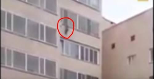 Bimbo cade dal decimo piano e viene afferrato da un vicino