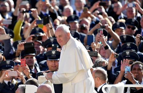 Papa Francesco è inciampato, ma si è rialzato e sta bene