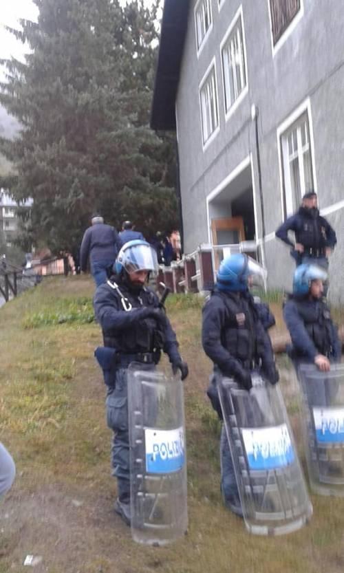 Il blitz delle forze dell'ordine nel rifugio autogestito che ospita i migranti 3