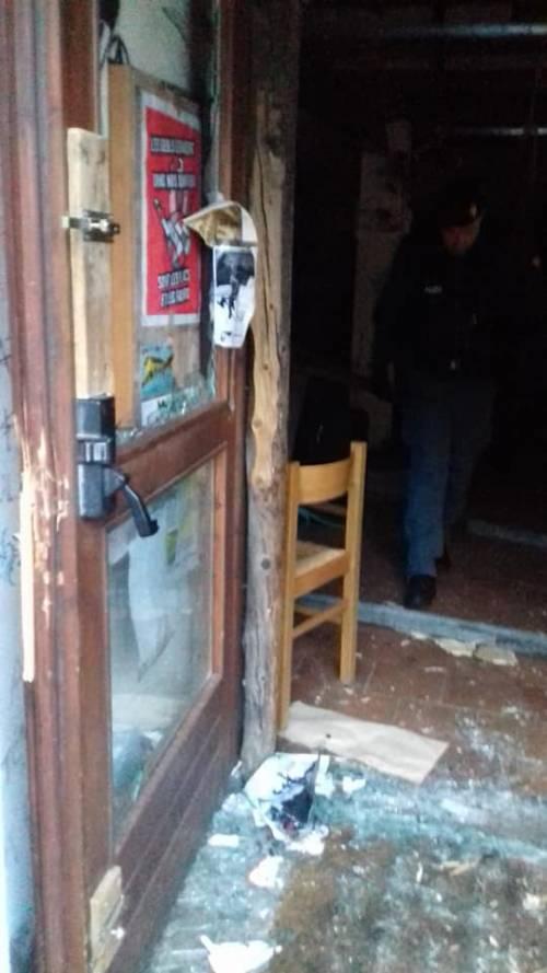 Il blitz delle forze dell'ordine nel rifugio autogestito che ospita i migranti 6
