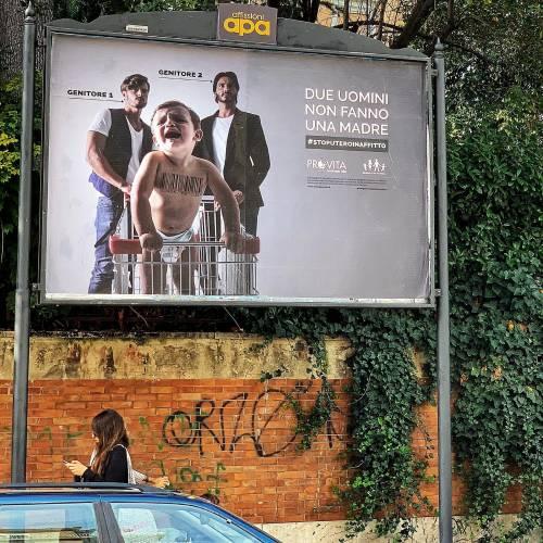 """""""Due uomini non fanno una madre""""   La campagna contro l'utero in affitto"""