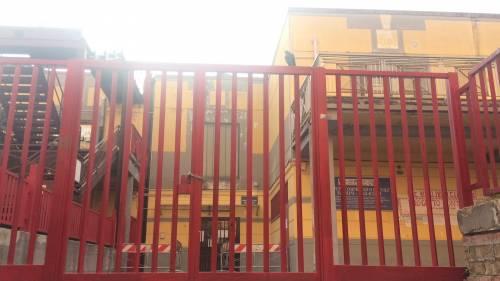 A scuola cede la rampa della scala antincendio: maestra rimane ferita