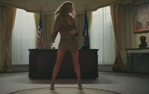Melania nuda alla Casa Bianca: il video del rapper fa infuriare Trump