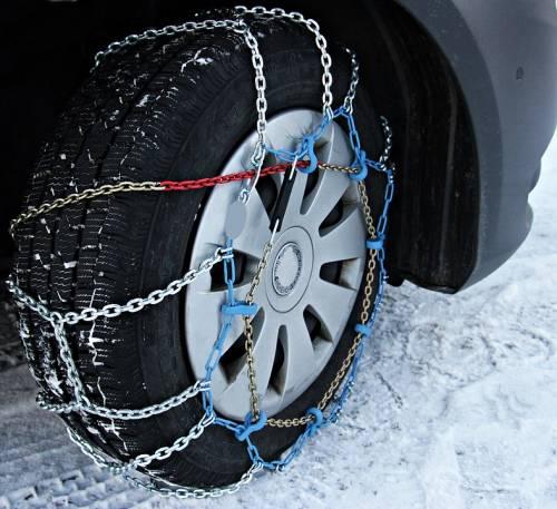 Cambio gomme, a giorni scatta l'obbligo di pneumatici invernali