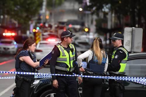 Terrore a Melbourne: fa esplodere l'auto e accoltella i passanti 3