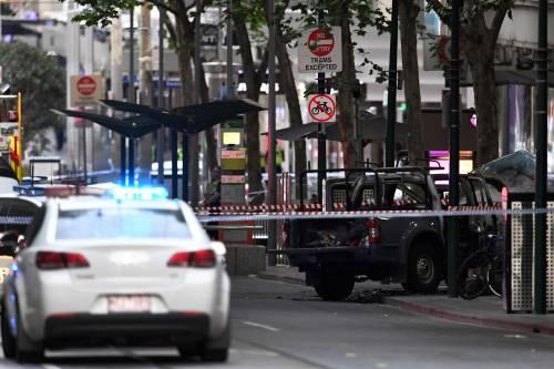 Terrore a Melbourne: fa esplodere l'auto e accoltella i passanti 4