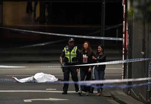 Terrore a Melbourne: fa esplodere l'auto e accoltella i passanti 5