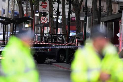Terrore a Melbourne: fa esplodere l'auto e accoltella i passanti 6