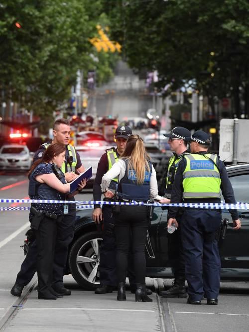 Terrore a Melbourne: fa esplodere l'auto e accoltella i passanti 7