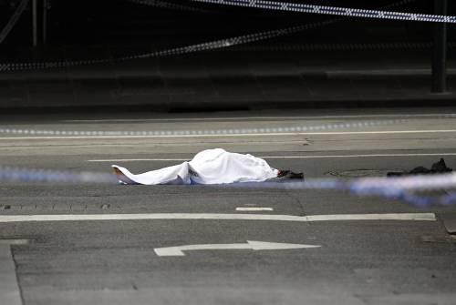 Terrore a Melbourne: fa esplodere l'auto e accoltella i passanti 8