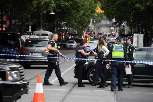 Terrore a Melbourne: fa esplodere l'auto e accoltella i passanti 10