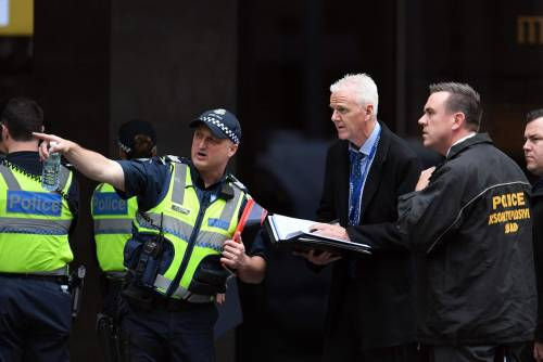 Terrore a Melbourne: fa esplodere l'auto e accoltella i passanti 11