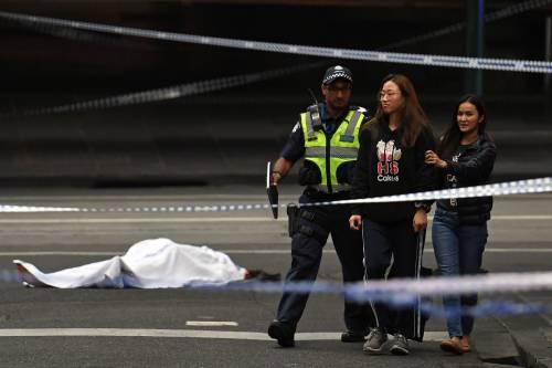 Terrore a Melbourne: fa esplodere l'auto e accoltella i passanti 2