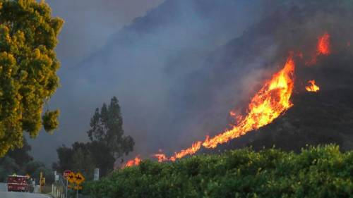 La California brucia, Malibù circondata dalle fiamme