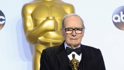 """Morricone, 90 anni e gli insulti a Quentin Tarantino: """"È un cretino"""". Ma smentisce: """"Intervista inventata"""""""