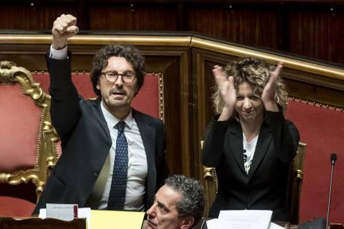Dl Genova, il pugno di Toninelli fa scoppiare la bufera in Aula